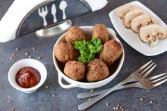 球用荞麦和蘑菇在一个白色碗在灰色抽象背景 节食 快餐 逐步 图库摄影