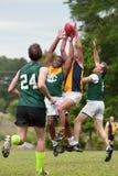 球的球员争斗在澳大利亚人统治橄榄球赛 免版税库存照片