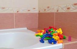 球的色的塑料片断设计师幻灯片在卫生间里 库存图片