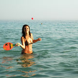 球相当使用女孩的海洋 库存照片