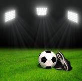 球穿上鞋子足球 皇族释放例证