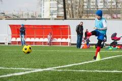 球童插入的足球 免版税库存照片