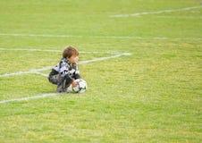 球童踢足球的域橄榄球 免版税库存图片