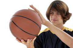 球篮子在青少年的白色的男孩藏品 免版税库存图片