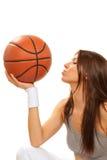 球篮球深色的亲吻的球员妇女 库存照片
