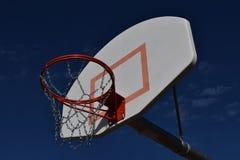 球篮球进入的目标净额 免版税库存图片