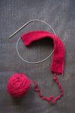 球红色毛线和编织 免版税库存图片