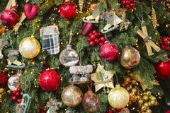 球经典圣诞节背景与装饰的树的 新年度装饰 免版税图库摄影