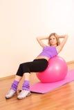 球美丽的健身女孩粉红色年轻人 图库摄影