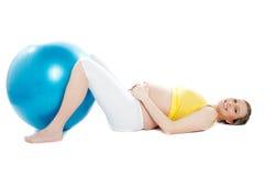 球美好的执行位于的孕妇 免版税库存照片