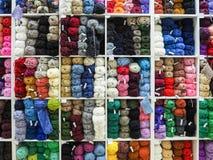 球色的纱线 毛线丝球的背景颜色  免版税库存图片