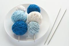 球色的编织针 免版税库存图片