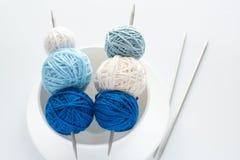 球色的编织针 库存照片