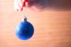 球蓝色圣诞节现有量 库存照片