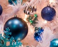 球蓝色圣诞节装饰品结构树 库存照片
