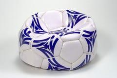 球蓝色平面的足球白色 免版税库存图片