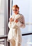 球衣的年轻美丽的妇女 免版税图库摄影