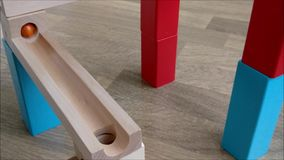 球轨道木玩具,滚动下来木轨道的大理石 股票录像