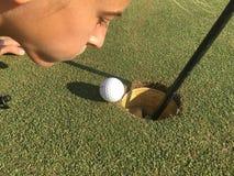 球边缘高尔夫球漏洞 库存照片