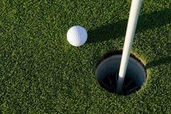 球近高尔夫球漏洞 免版税图库摄影