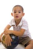 球逗人喜爱保龄球的男孩 图库摄影