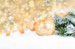 球金黄圣诞节的装饰 图库摄影