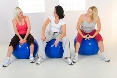 球长辈健身坐的妇女 免版税库存照片