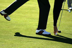 球高尔夫球绿色轻轻一击放置 图库摄影