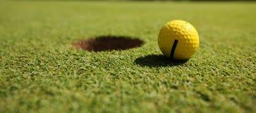 球高尔夫球黄色 库存图片
