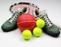 球齿轮球拍穿上鞋子tenis 库存图片