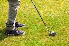 球hiting详细资料的高尔夫球 图库摄影