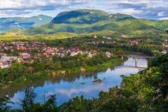 琅勃拉邦和Nam可汗河看法在有美丽的老挝 免版税库存照片