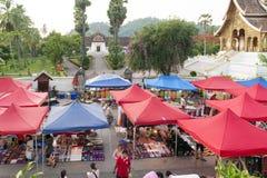 琅勃拉邦夜市场、普遍的旅游地点纪念品的和工艺品产品在老挝的联合国科教文组织世界遗产名录镇 免版税库存图片