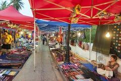 琅勃拉邦夜市场、普遍的旅游地点纪念品的和工艺品产品在老挝的联合国科教文组织世界遗产名录镇 库存照片