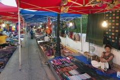 琅勃拉邦夜市场、普遍的旅游地点纪念品的和工艺品产品在老挝的联合国科教文组织世界遗产名录镇 图库摄影