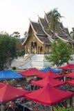 琅勃拉邦夜市场、普遍的旅游地点纪念品的和工艺品产品在老挝的联合国科教文组织世界遗产名录镇 免版税库存照片