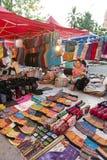 琅勃拉邦夜市场、普遍的旅游地点纪念品的和工艺品产品在老挝的联合国科教文组织世界遗产名录镇 免版税图库摄影