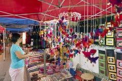 琅勃拉邦夜市场、普遍的旅游地点纪念品的和工艺品产品在老挝的联合国科教文组织世界遗产名录镇 库存图片