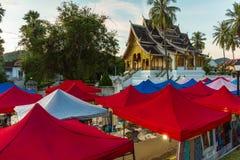 琅勃拉邦夜市场和佛教寺庙在老挝 免版税图库摄影