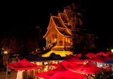 琅勃拉邦宫殿寺庙在晚上 库存图片