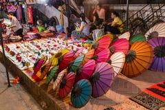 琅勃拉邦,老挝-大约2015年8月:纪念品被卖在夜市场上在琅勃拉邦,老挝 库存图片