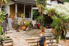 琅勃拉邦,老挝- 2017年1月11日:一个地方咖啡馆的大厦的看法 复制文本的空间 库存图片