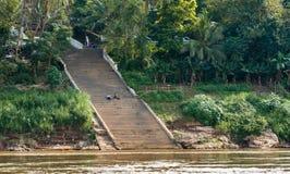琅勃拉邦,老挝- 2017年1月11日:在河Nam可汗的河岸的楼梯 复制文本的空间 免版税库存图片