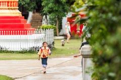 琅勃拉邦,老挝- 2017年1月11日:在街道上的小女孩 复制文本的空间 库存图片
