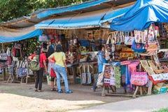 琅勃拉邦,老挝- 2017年1月11日:纪念品店在地方市场上 复制文本的空间 库存图片