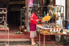 琅勃拉邦,老挝- 2017年1月11日:纪念品店的看法在城市街道上的 复制文本的空间 库存照片