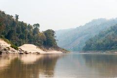 琅勃拉邦,老挝- 2015年3月04日:在Mekon的缓慢的小船巡航 图库摄影