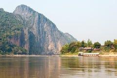琅勃拉邦,老挝- 2015年3月04日:在Mekon的缓慢的小船巡航 库存图片