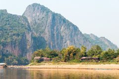 琅勃拉邦,老挝- 2015年3月04日:在Mekon的缓慢的小船巡航 库存照片