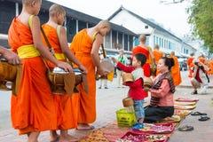 琅勃拉邦,老挝- 2015年3月05日:收集alm的和尚 免版税库存照片